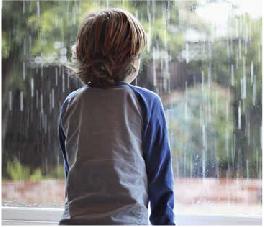 Chłopiec stojący przy oknie